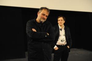 Denis Robert, réalisateur (premier plan) et Arnaud Mercier (Master Journalisme et médias numériques).