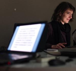 Amaëlle Guiton animera la table ronde « Rencontre hackers et journalistes. Comment travailler ensemble ? ».